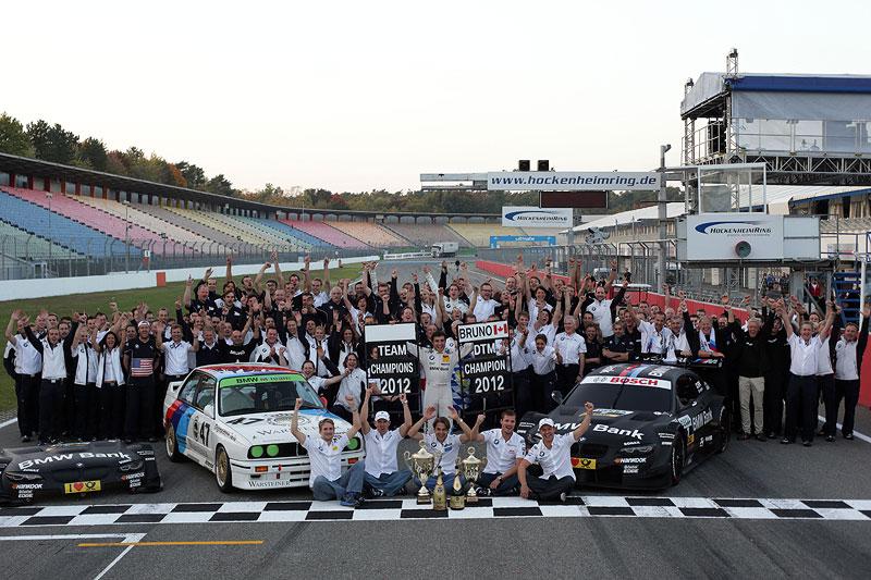 Gruppenfoto der BMW DTM-Fahrer und Teams am Hockenheimring.
