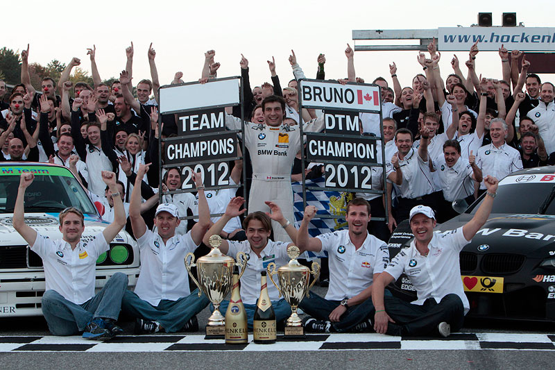 Die BMW DTM-Piloten mit den gewonnen Pokalen am Hockenheimring.