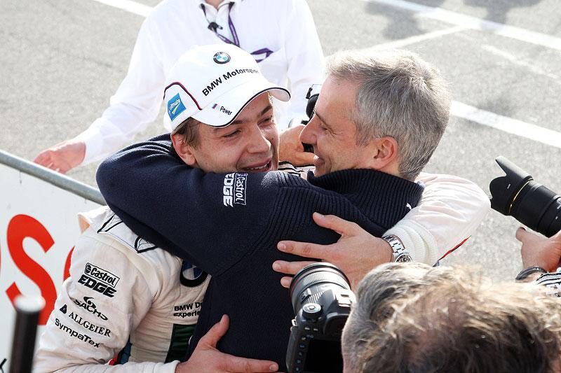 BMW Motorsportdirektor Marquardt gratuliert Augusto Farfus zu seiner Pole-Position