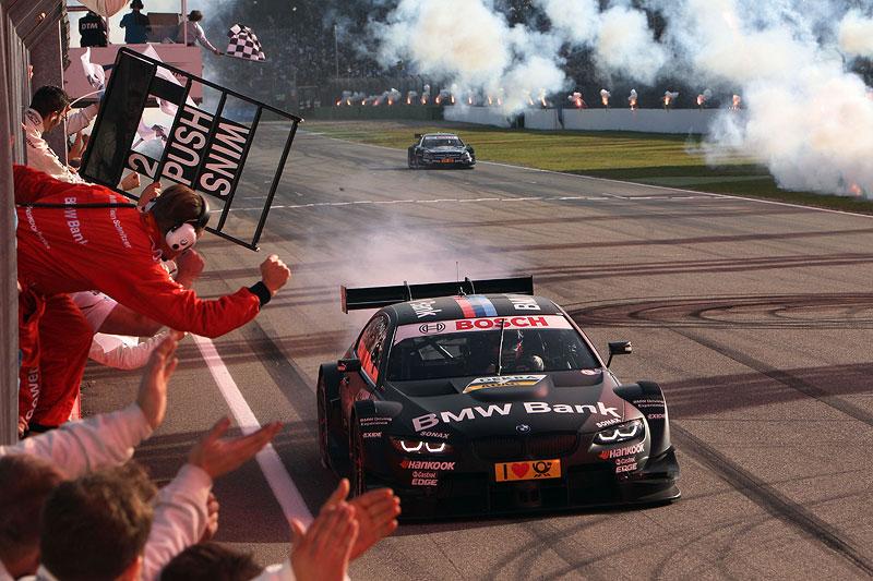 BMW Fahrer Bruno Spengler beim Zieleinlauf am Hockenheimring