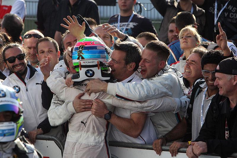Das BMW Schnitzer Team freut sich über seinen Erfolg zusammen mit seinem Fahrer Bruno Spengler