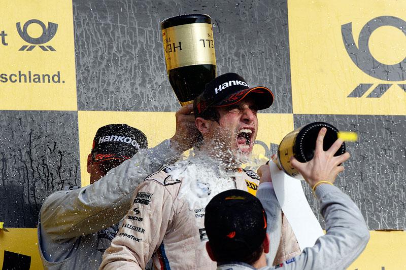 Bruno Spengler auf dem Siegerpodest am Hockenheimring.