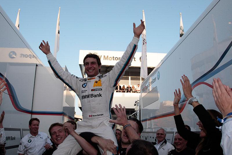 Bruno Spengler feiert seinen Sieg in Hockenheim und den Gewinn der DTM 2012
