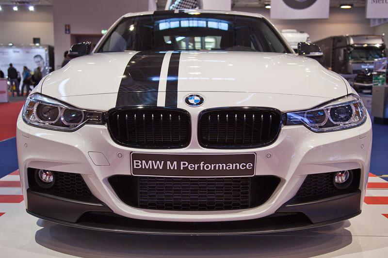 BMW 3er Limousine (F30) mit BMW M Performance Komponenten, u. a. mit Frontspoiler