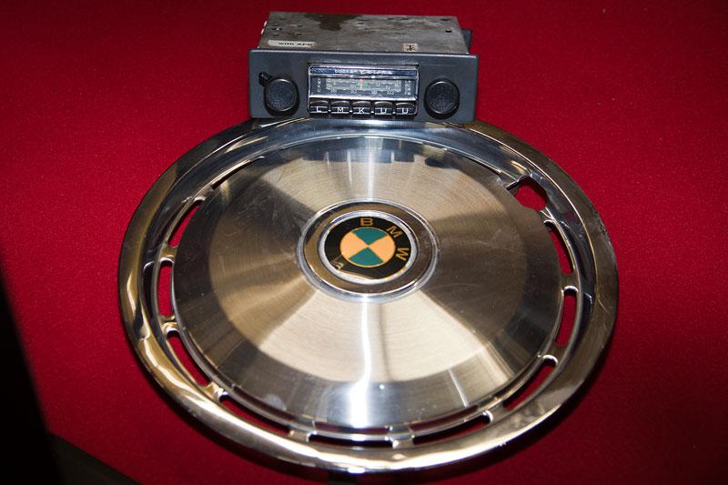 BMW Radkappe und altes BMW Becker Radio
