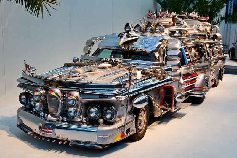 Finnjet Kunstprojekt in der Galeria: das Auto ist aus zwei Mercedes 300 TD zusammen gesetzt