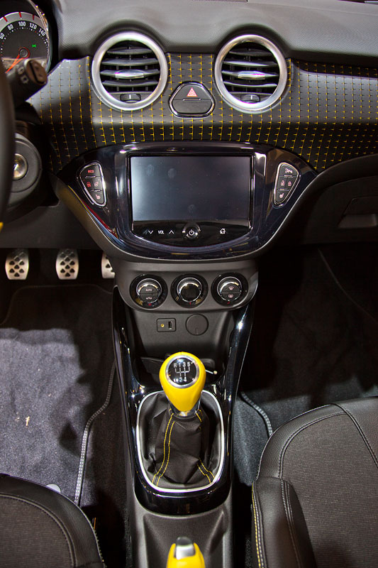 foto opel adam cockpit mit lederlenkrand mit chrom. Black Bedroom Furniture Sets. Home Design Ideas