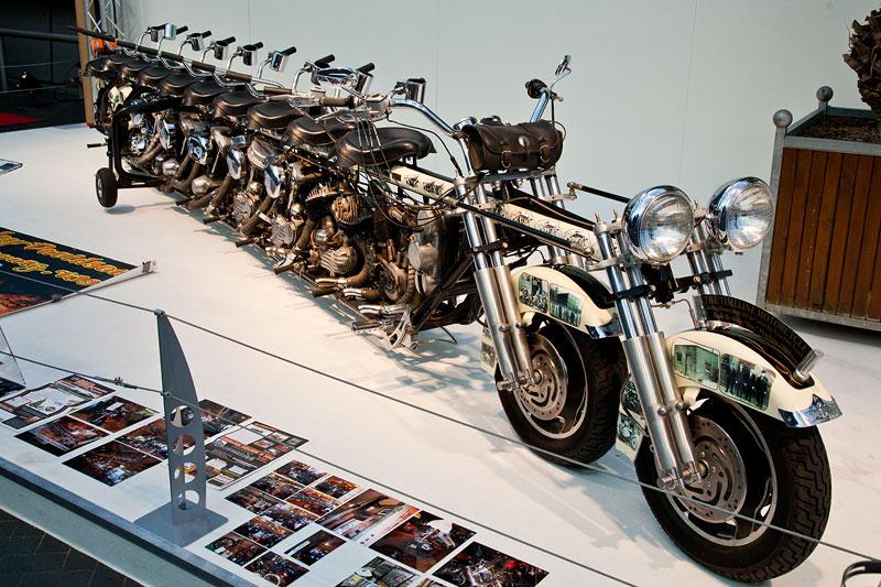 The Timeline Motorcycle, für den normalen Straßenverkehr zugelassen, 7.80 m lang
