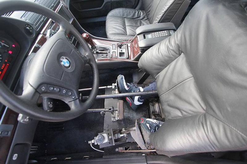 mit Verlängerungen des Gaspedals und der Bremse kann der Stuntman den Wagen fahren