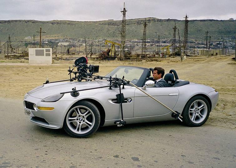 der BMW Z8 bei Dreharbeiten mit Pierce Brosnan