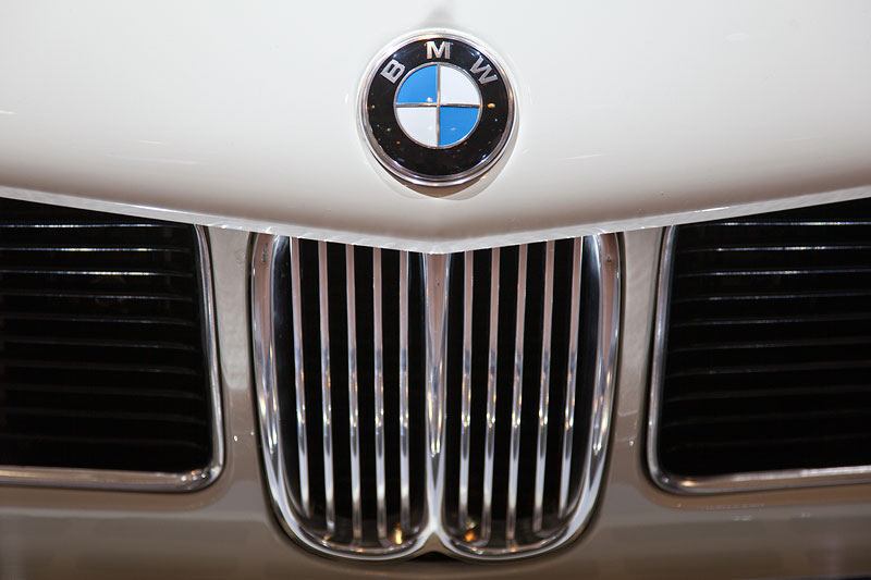 BMW 3,0 S (E3), BMW Logo auf der Motorhaube und BMW Niere