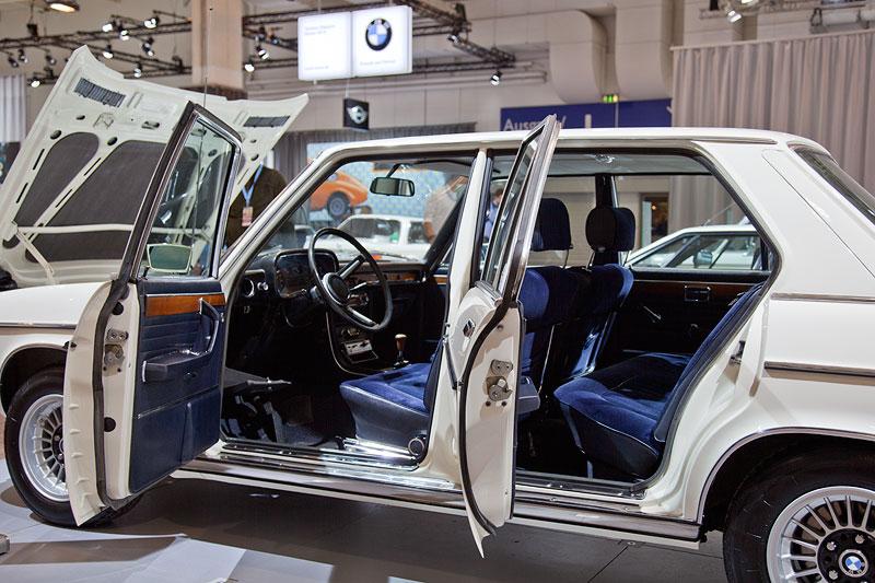 BMW 3,0 S (E3) mit blauer Velours-Ausstattung
