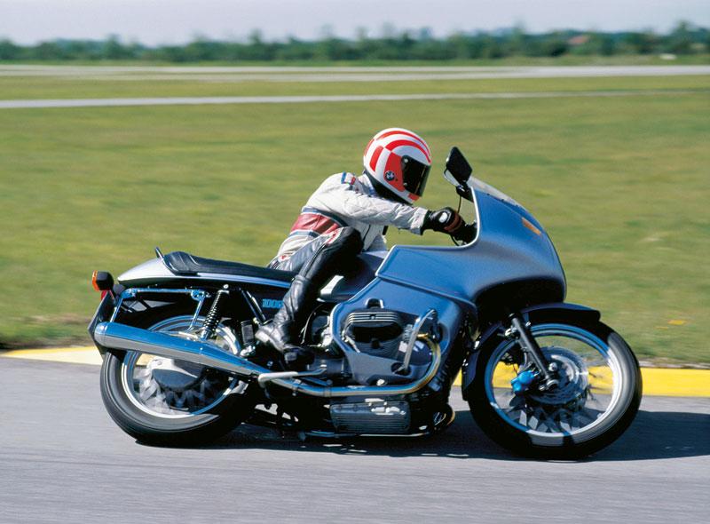 Erstes Motorrad der Welt mit serienmässiger Vollverkleidung: BMW R 100 RS - 1976