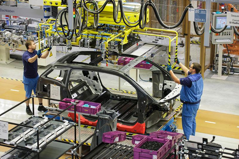 BMW i3 Produktion Werk Leipzig: Montage - Klebeprozess CFK-Dach