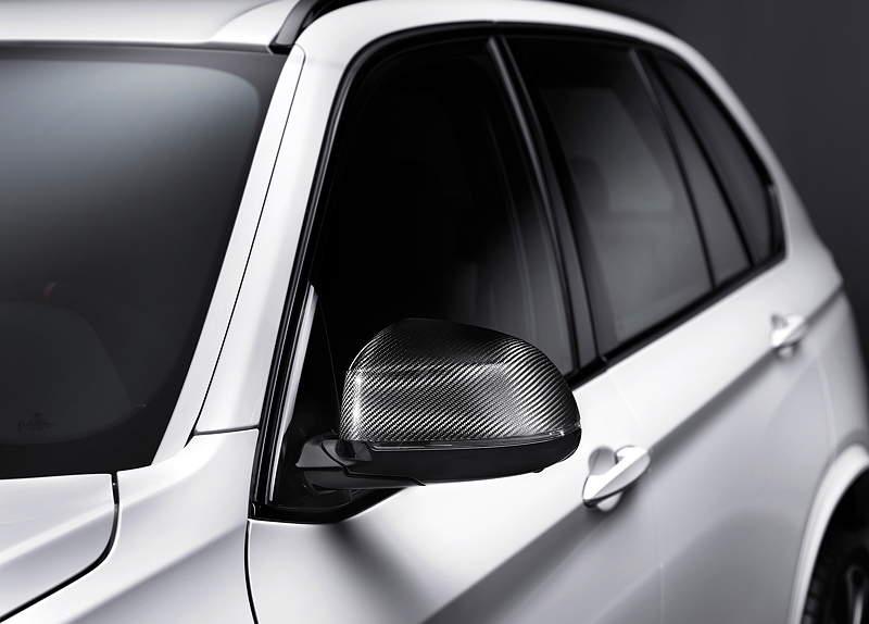 Der neue BMW X5 mit BMW M Performance Zubehör. Außenspiegelkappen in Carbon-Ausführung.