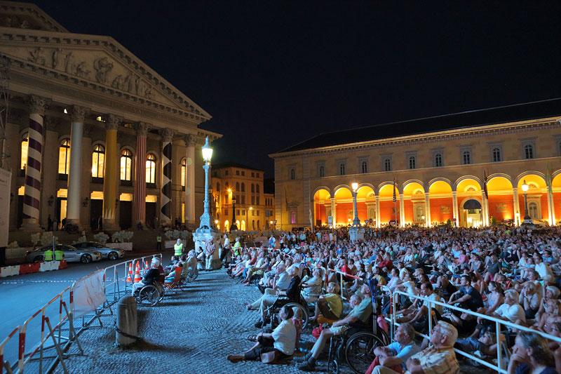 Zahlreiche Gäste bei der Live-Opernübertragung von 'Boris Godunow' am 26.7.2013 vor der Bayerischen Staatsoper