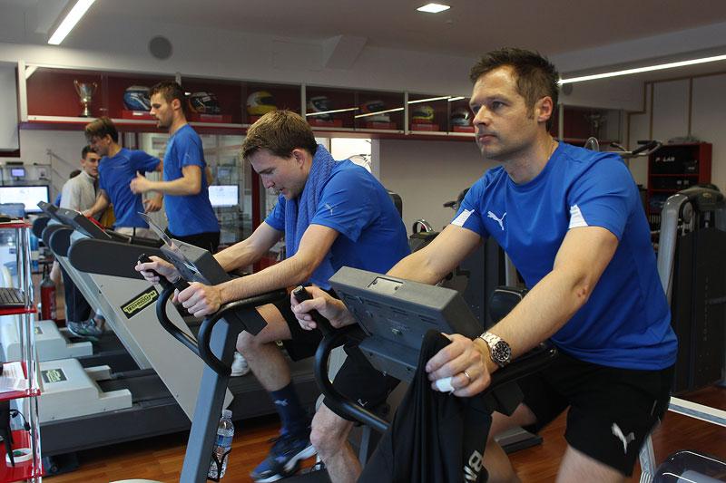 Augusto farfus (BR), Martin Tomczyk, Dirk Werner (DE) und Andy Priaulx (GB) beim Fitness-Training.