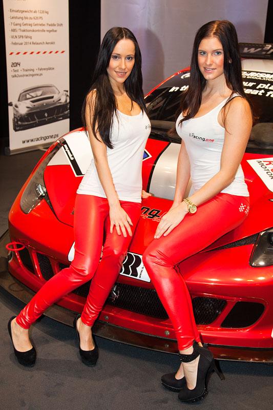 auf dem Stand von racing one Motorsport Solutions, mit Jennifer Henschel und Sabrina Oepen
