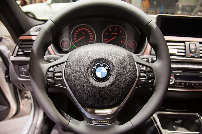 BMW 330d xDrive Individual, Lenkrad mit Individual Schriftzug