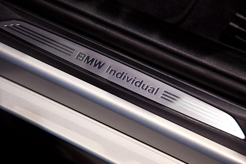 BMW Individual Schriftzug in der Einstiegsleiste des BMW 330d xDrive Individual
