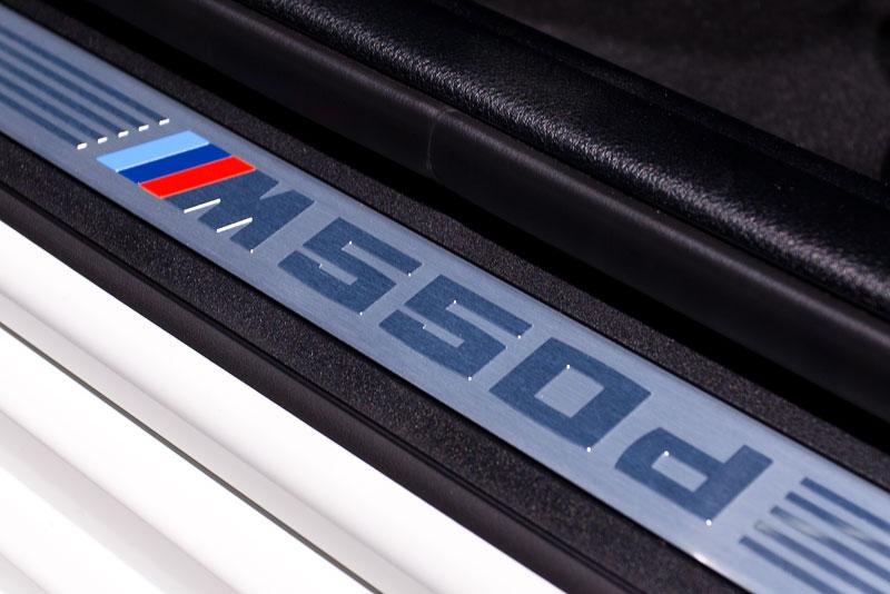 BMW M550d xDrive Touring, Einstiegsleiste mit M 550d Schriftzug