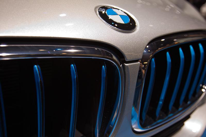 BMW X5 eDrive mit blau beleuchteten Nierenstäben