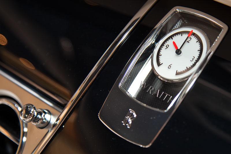 Rolls-Royce Wraith, Analoguhr im Innenraum vorne
