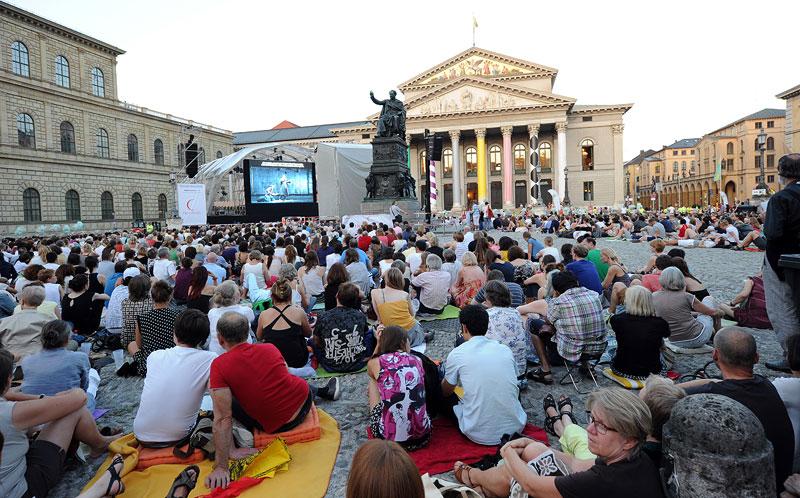 Gäste bei 'Oper für alle' 2013 auf dem Max Joseph Platz