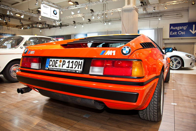 BMW M1 (E26), Heckansicht mit je einem BMW Logo links und rechts
