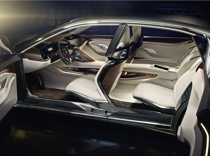 BMW Vision Future Luxury. Interieur. Anilinleder in Batavia Braun und hellem Farbton Silk, Nubukleder in Silk und warm-braunes, schichtartig aufgebaute Edelholz Linde.
