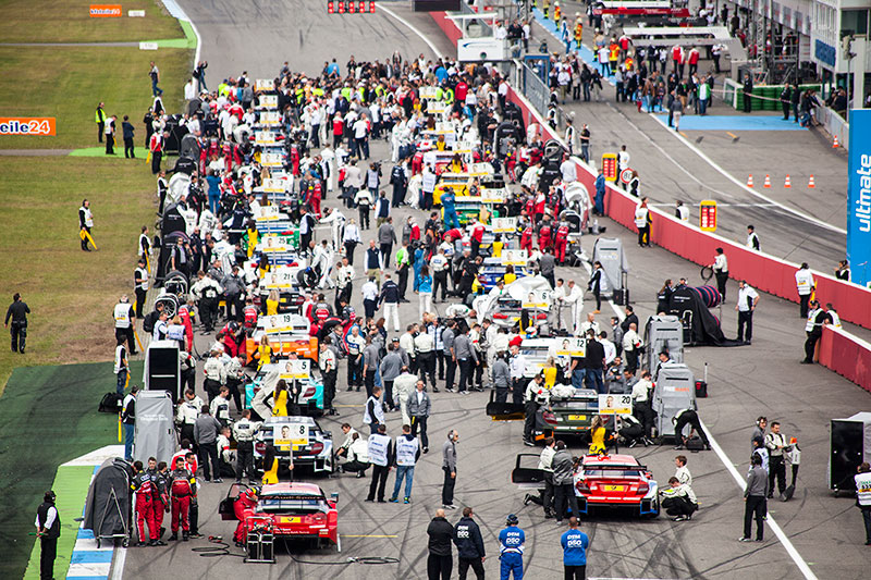kurz vor dem Start des ersten DTM-Rennens des Jahres 2014 auf der Start-Ziel-Geraden am Hockenheimring