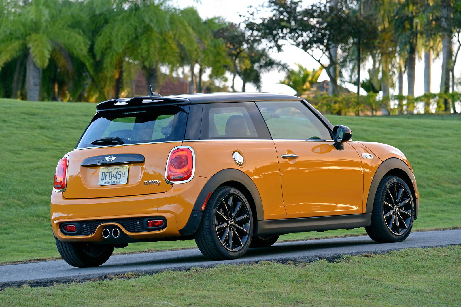 foto mini cooper s f56 in volcanic orange on location in puerto rico vergr ert. Black Bedroom Furniture Sets. Home Design Ideas