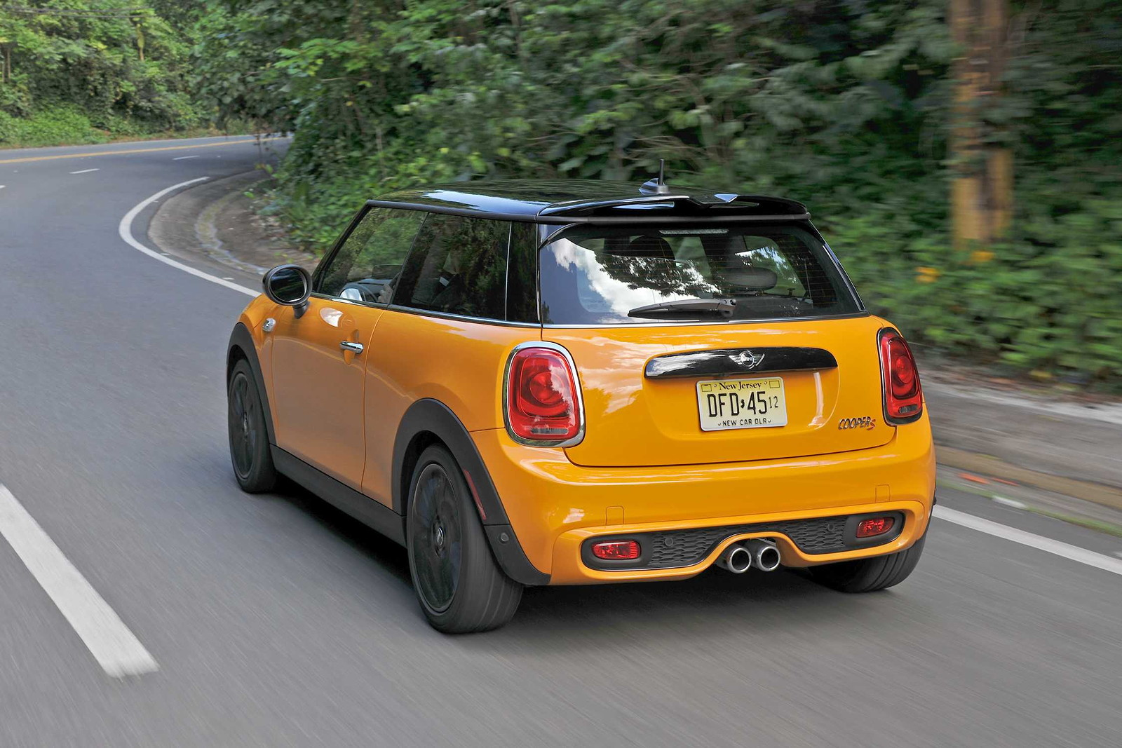 foto mini cooper s f56 in volcanic orange on location. Black Bedroom Furniture Sets. Home Design Ideas