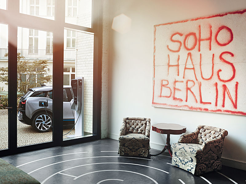 foto 2 bmw i3 vor dem eingangsbereich des soho house berlin vergr ert. Black Bedroom Furniture Sets. Home Design Ideas