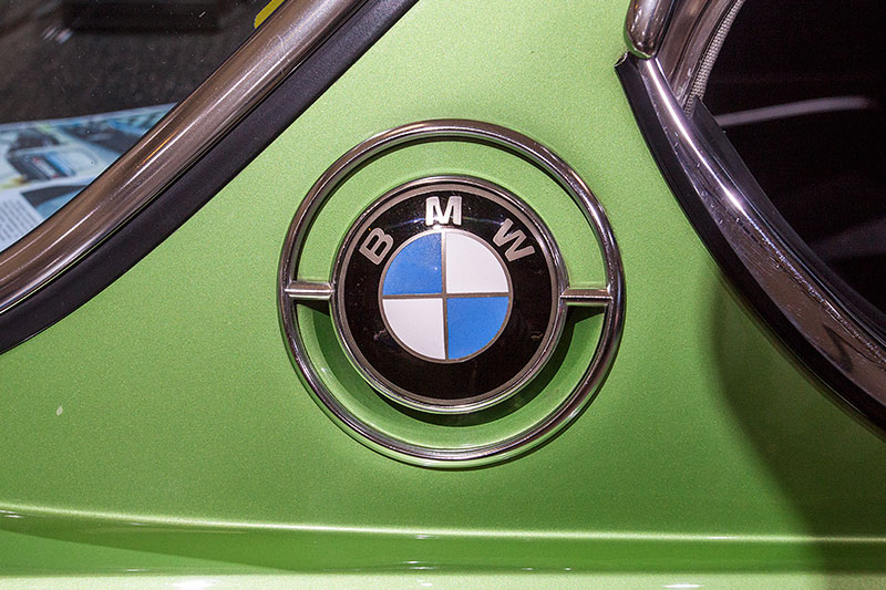 BMW 2.5 CS, BMW-Logo auf der C-Säule