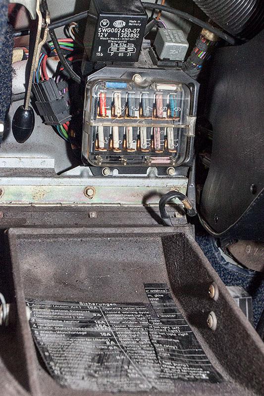 BMW 2.8 L, Sicherungskasten unterhalb des Lenkrades im Innenraum