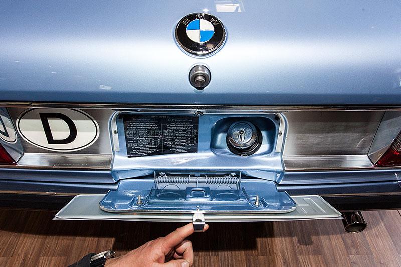 BMW 2.8 L, Tankstutzen hinter dem Heck-Kennzeichen