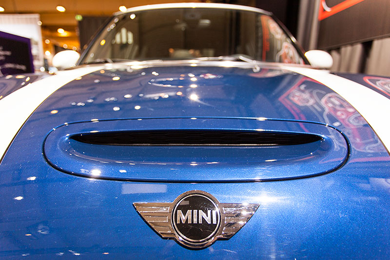 foto mini cooper s f56 mini emblem auf der motorhaube. Black Bedroom Furniture Sets. Home Design Ideas