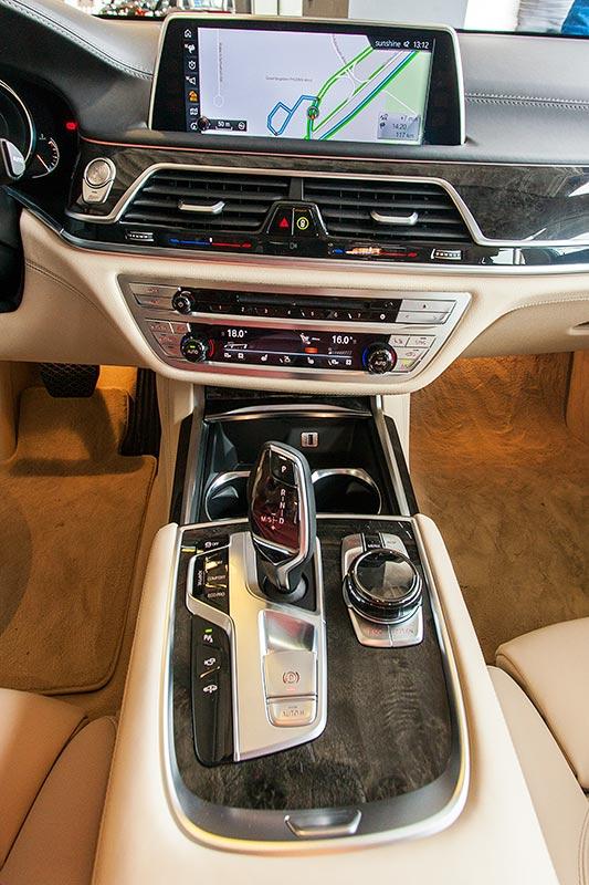 BMW 730d, Mittelkonsole mit Automatikwählhebel und iDrive Touch-Controller