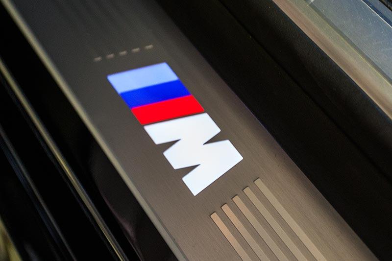 BMW 750i xDrive mit M Sportpaket, M Logo in der Einstiegsleiste