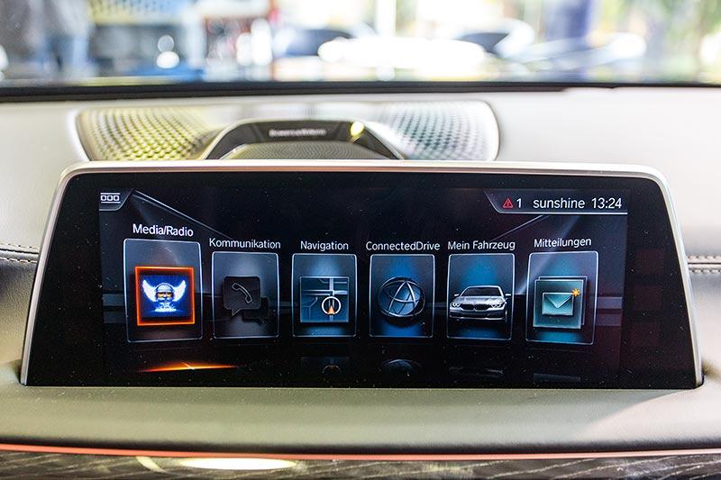 BMW 750i xDrive mit M Sportpaket und Shadowline, Bordmonitor mit Touchscreen