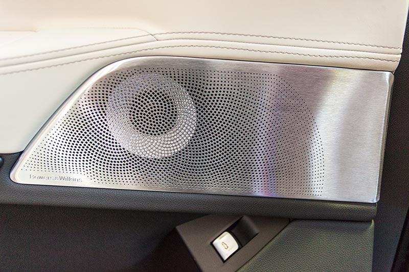 BMW 750i xDrive mit M Sportpaket, Bowers u. Wilkins Diamond Surround Sound System, Lautsprecher in der Tür