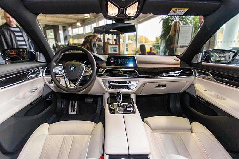 BMW 750i xDrive mit M Sportpaket und Shadowline, Interieur: Exklusivleder Nappa mit erweiterten Umfängen Elfenbein/Schwarz