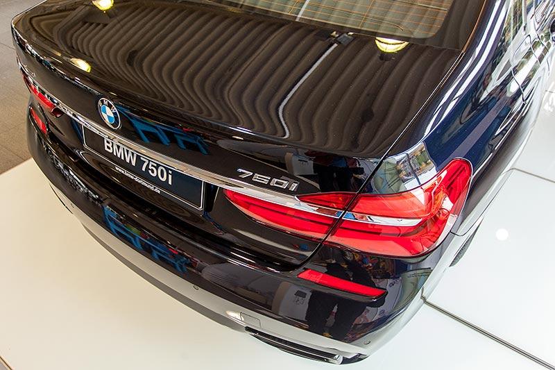 BMW 750i xDrive mit M Sportpaket und Shadowline, Heckansicht