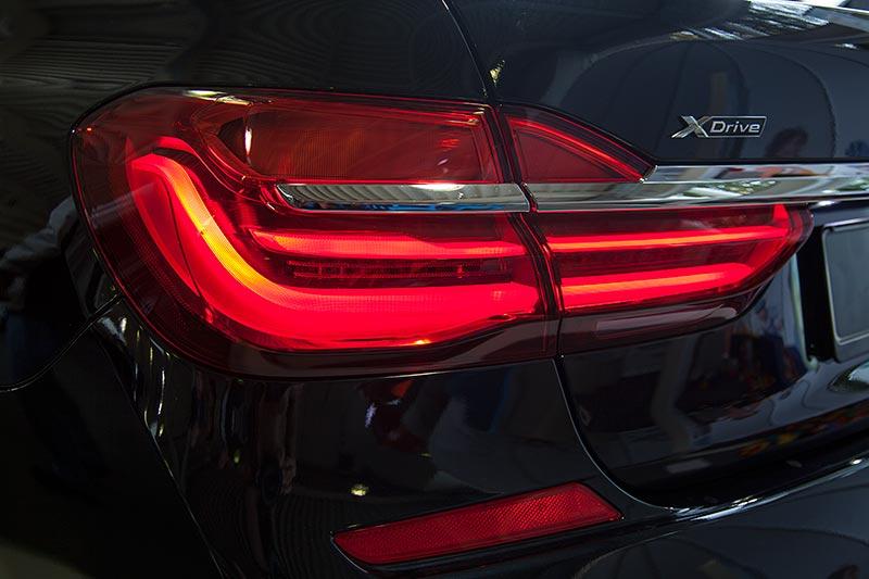 BMW 750i xDrive mit M Sportpaket und Shadowline, Rücklicht mit 3D-Effekt