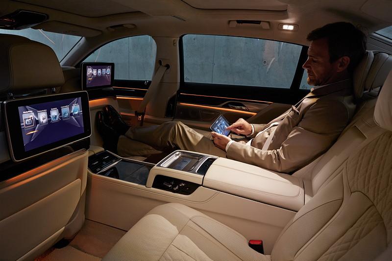 BMW 7er (G12), Interieur, mit durchlaufender Mittelkonsole und herausnehmbarem Touchscreen- Tablet