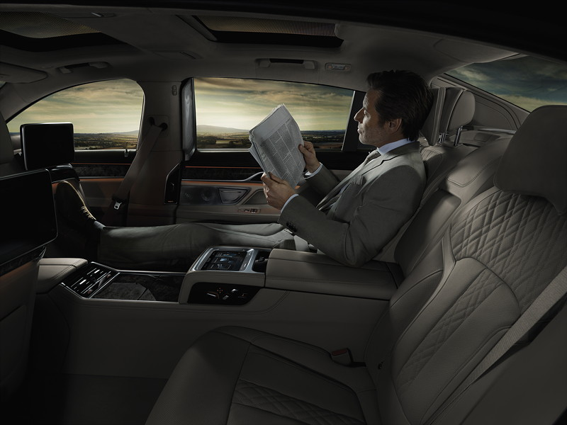 BMW 7er (G11/G12), Interieur, Beifahrersitz kann weiter nach vorne gefahren, mit elektrisch ausfahrbahrer Fußstütze
