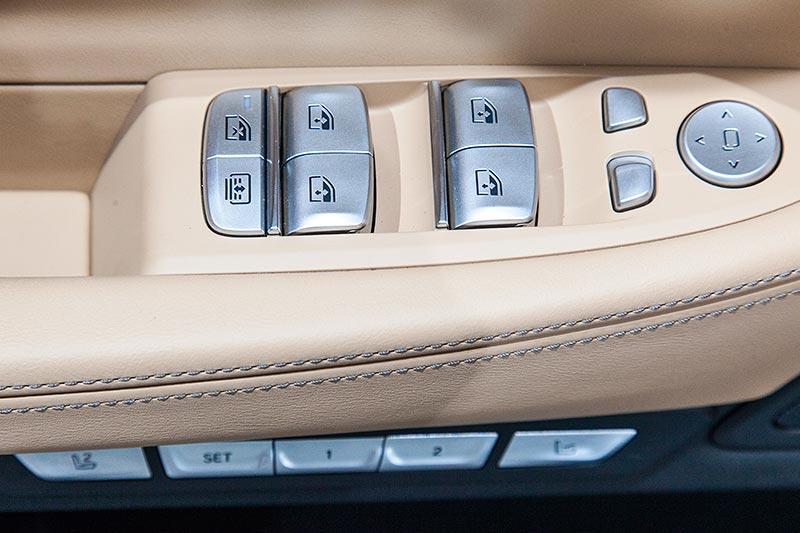 BMW 740Le mit PlugIn-Hybrid, Tasten in der Fahrertür für Fensterheber und Sitzverstellung