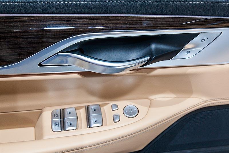 BMW 740Le mit PlugIn-Hybrid, Türöffner und Tasten in der Fahrertür für Fensterheber