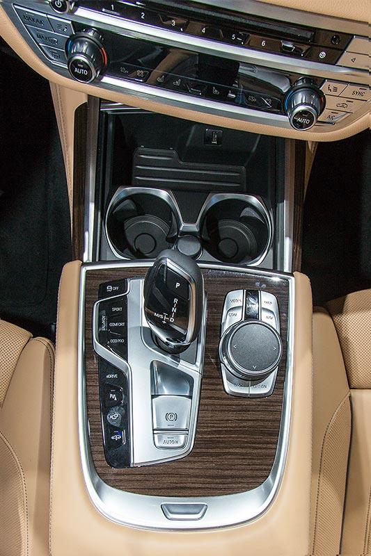 BMW 740Le mit PlugIn-Hybrid, Mittelkonsole mit iDrive Touch-Controller und Automatik-Wählhebel